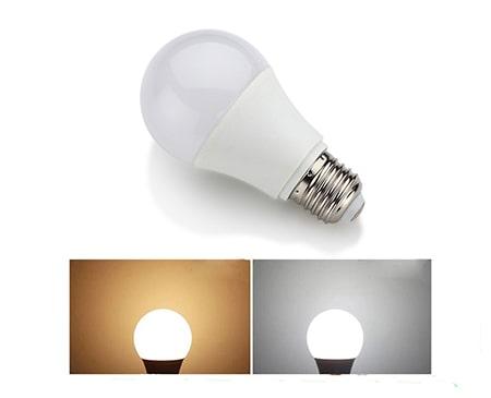 Đèn có 2 chế độ màu là ánh sáng trắng và ánh sáng vàng
